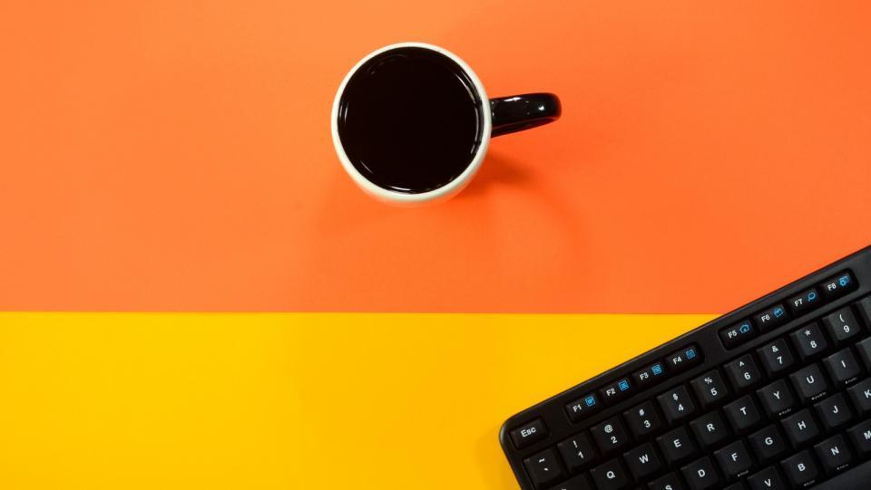 Télétravail, une tasse et un clavier